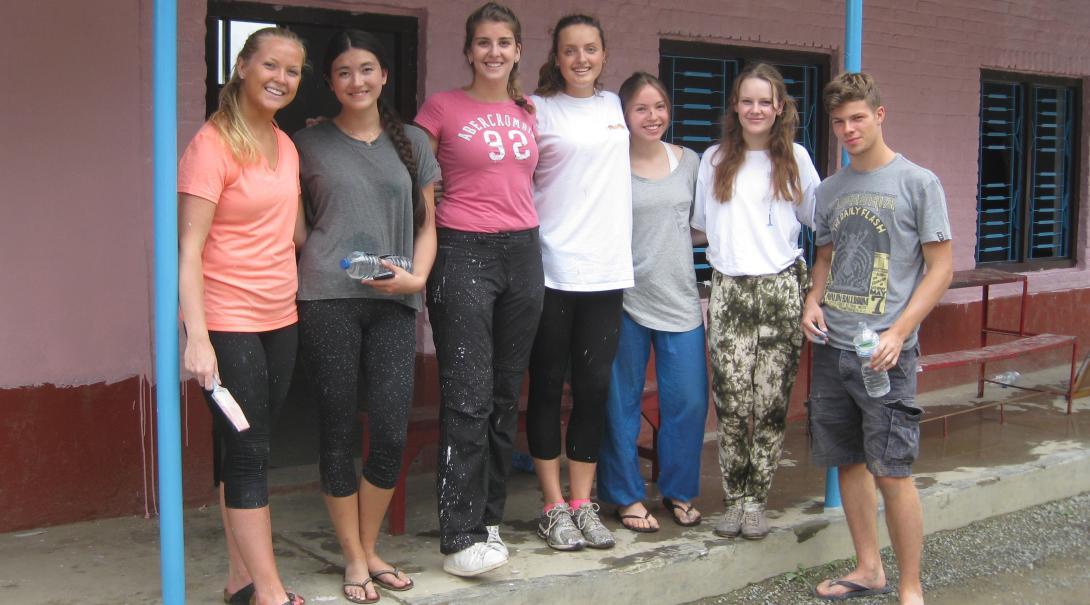 Foto grupal de jóvenes voluntarios en Nepal.